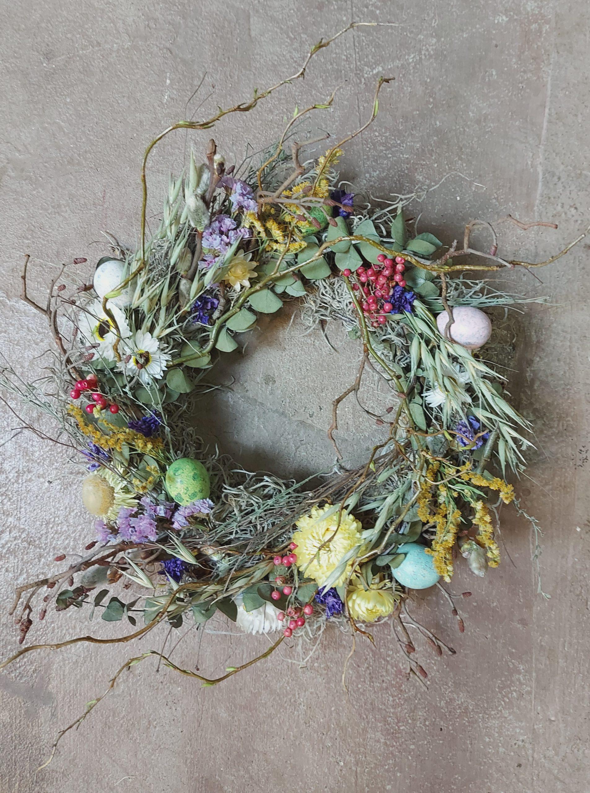 Voorjaars decoratie met droogbloemen
